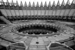 La exposición presenta imágenes y planos de sus edificios y proyectos más emblemáticos.