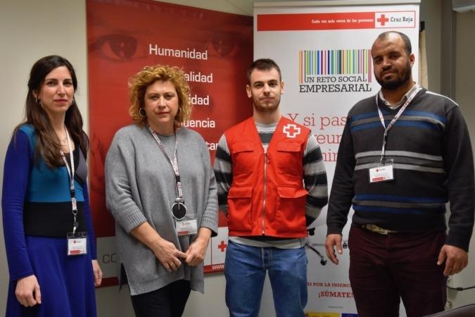 María Martínez y Patricia Rández, técnicas del proyecto 'Reto Social Empresarial' de Cruz Roja; Eduardo Sánchez, alumno en prácticas del Grado de Trabajo Social; y Aziz Messaoud, alumno en prácticas del Master de Trabajo Social.