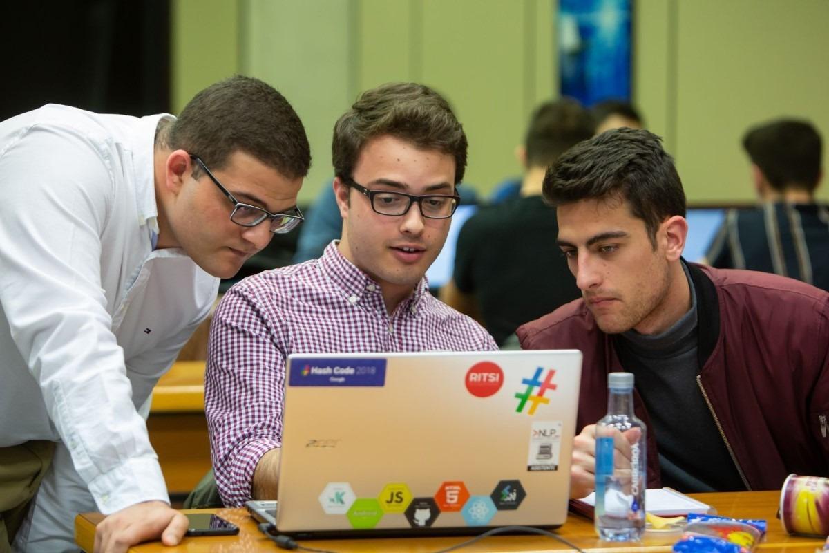 Tres estudiantes, en pleno trabajo durante un momento del desafío de Google.