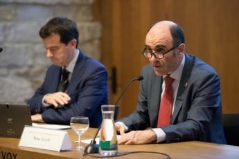 El vicepresidente Ayerdi, en un momento de su intervención. Le acompaña Mikel Irujo.