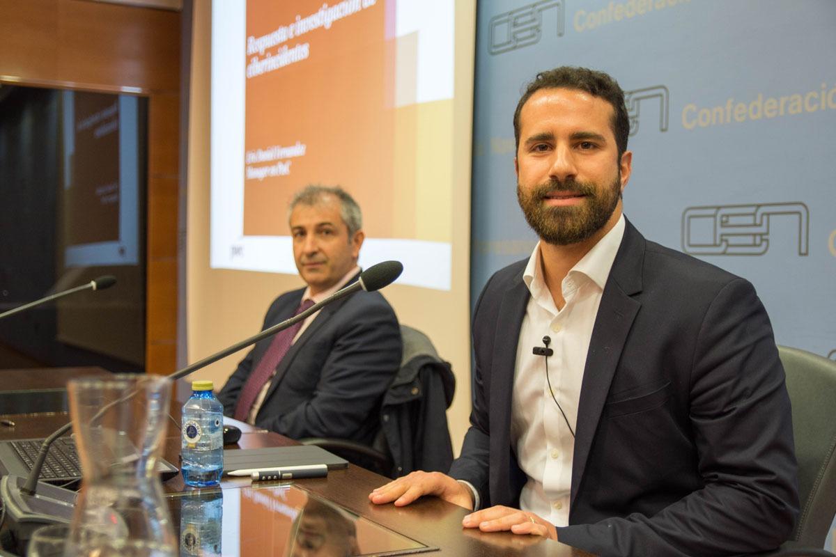 EricDaniel, en primer plano, y Enrique Ávila, director del Centro Nacional de Excelencia en Ciberseguridad.