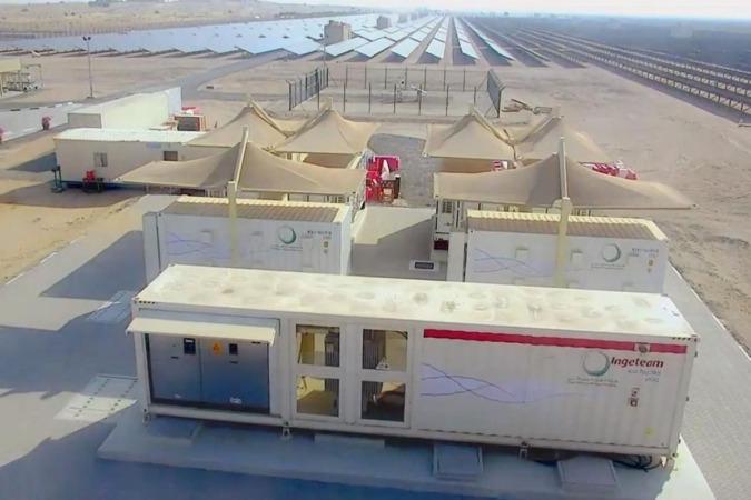 Los equipos suministados por Ingeteam, en primer plano, en el parque de Dubai.