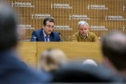 Juan Carlos Esquiroz, responsable de Acción Social de CaixaBank en Navarra; y José Vicente Urabayen, patrono de Fundación Caja Navarra, durante la presentación de InnovaCultural 2019. (Fotos: Jesús Garzarón)
