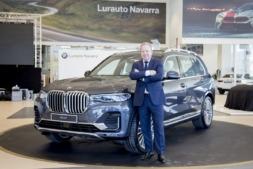 Jean Philippe Parain, con el nuevo BMW X7 en el concesionario Lurauto. (FOTO: Ana Osés).