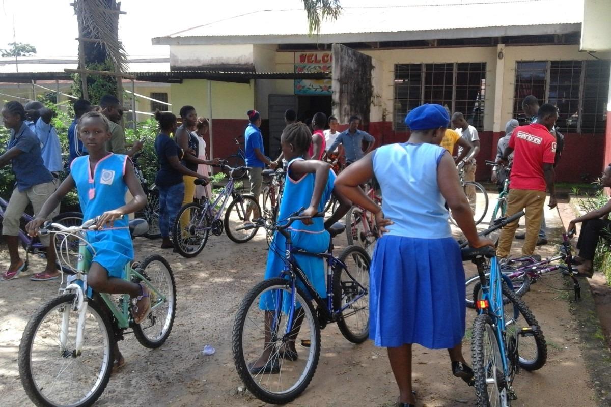 La donación del año pasado la dedicaron en parte en Sierra Leona a un programa de bicicletas para las alumnas que viven lejos.