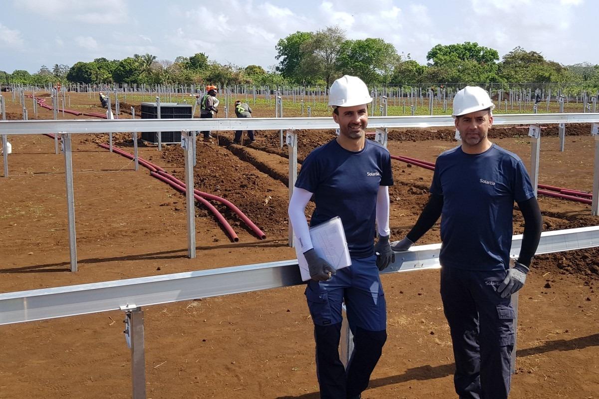 Alberto Aragón y Antonio MendÍvil, trabajadores de Solartia, durante el arranque de las obras en Nicaragua.