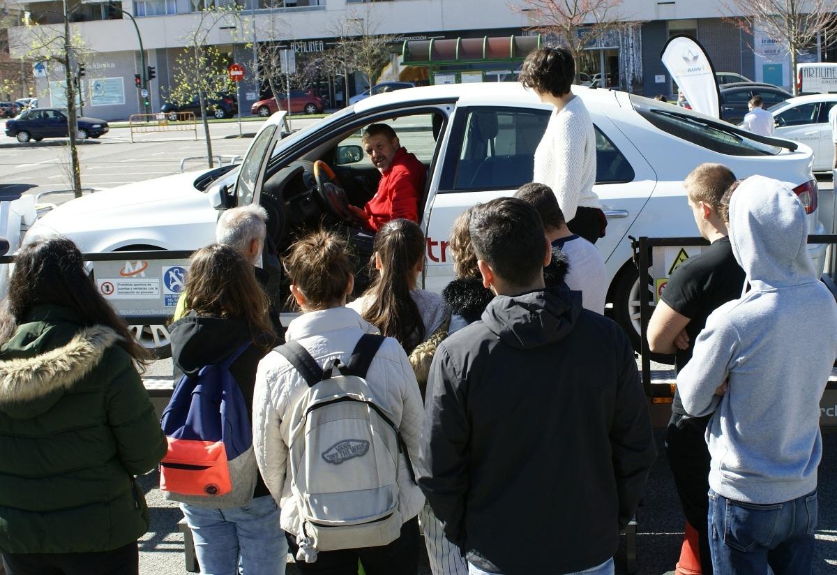 Estudiantes atendiendo a las consignas de seguridad del simulador de vuelcos. (FOTO: David Cazón).
