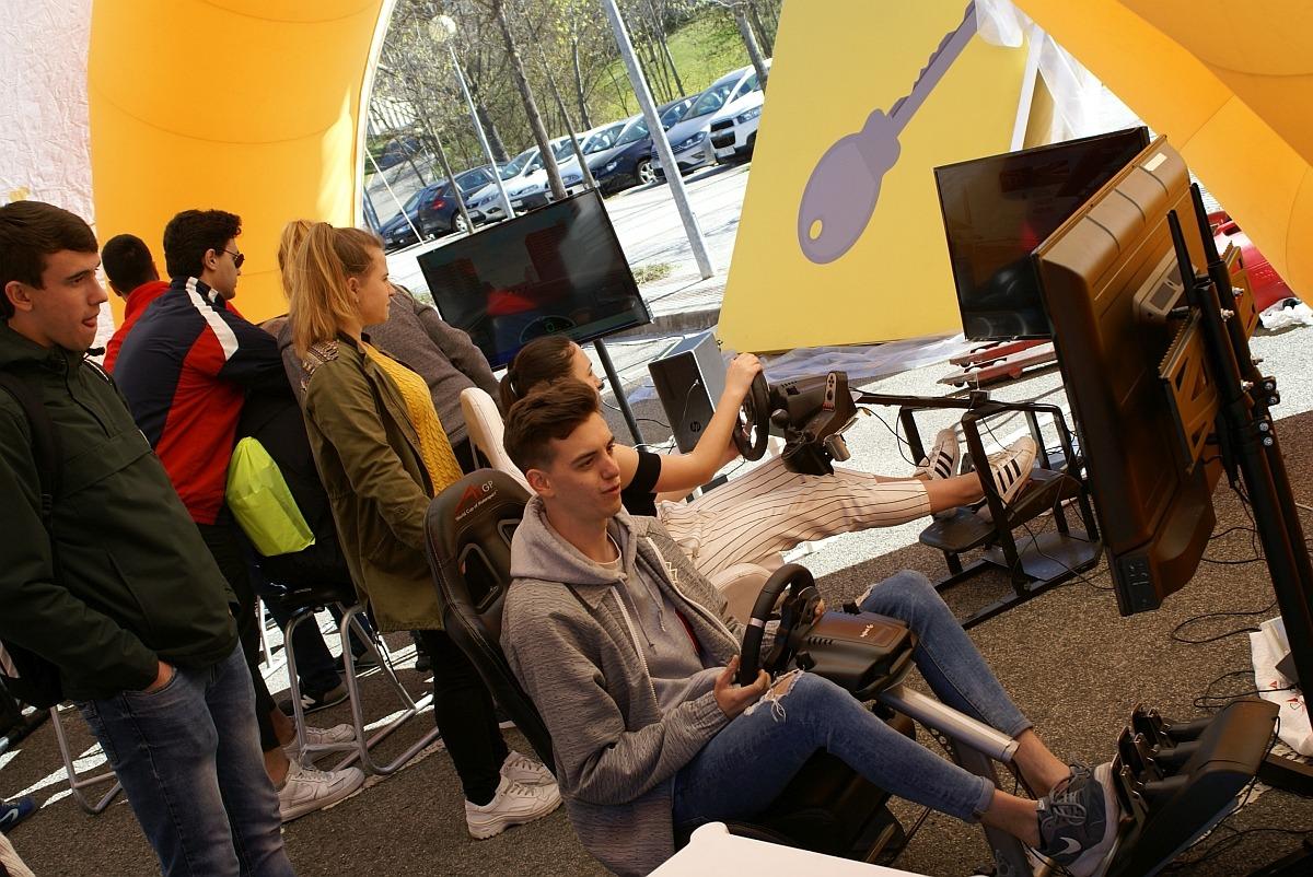 Los estudiantes, al volante de los simuladores. (FOTO: David Cazón).