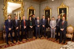 Manu Ayerdi y PIlar Irigoien, con representantes de las empresas mentoras, en el Palacio de Navarra.