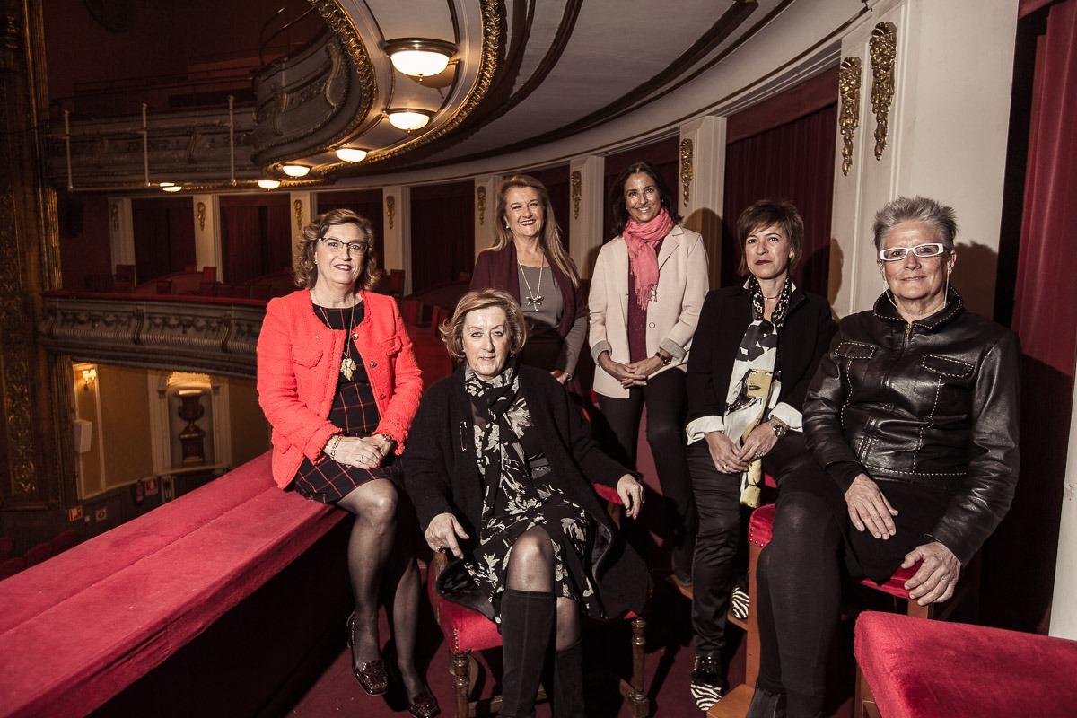 Marisa Sainz, Gloria Mascaray, Cecilia Navarro, Feli Acero, Yolanda Garbayo y Marisa Iturbide se reunieron en el Teatro Gayarre. (Fotos: Víctor Rodrigo)