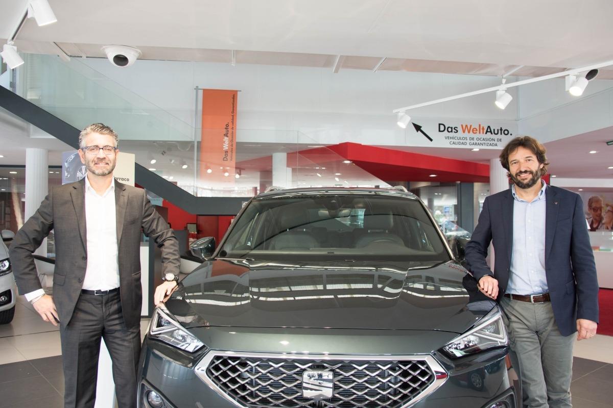 Miguel Ayerra, gerente de Iruña Motor, y Marc Bisbé. (FOTO: Miguel M. Ariztegi).