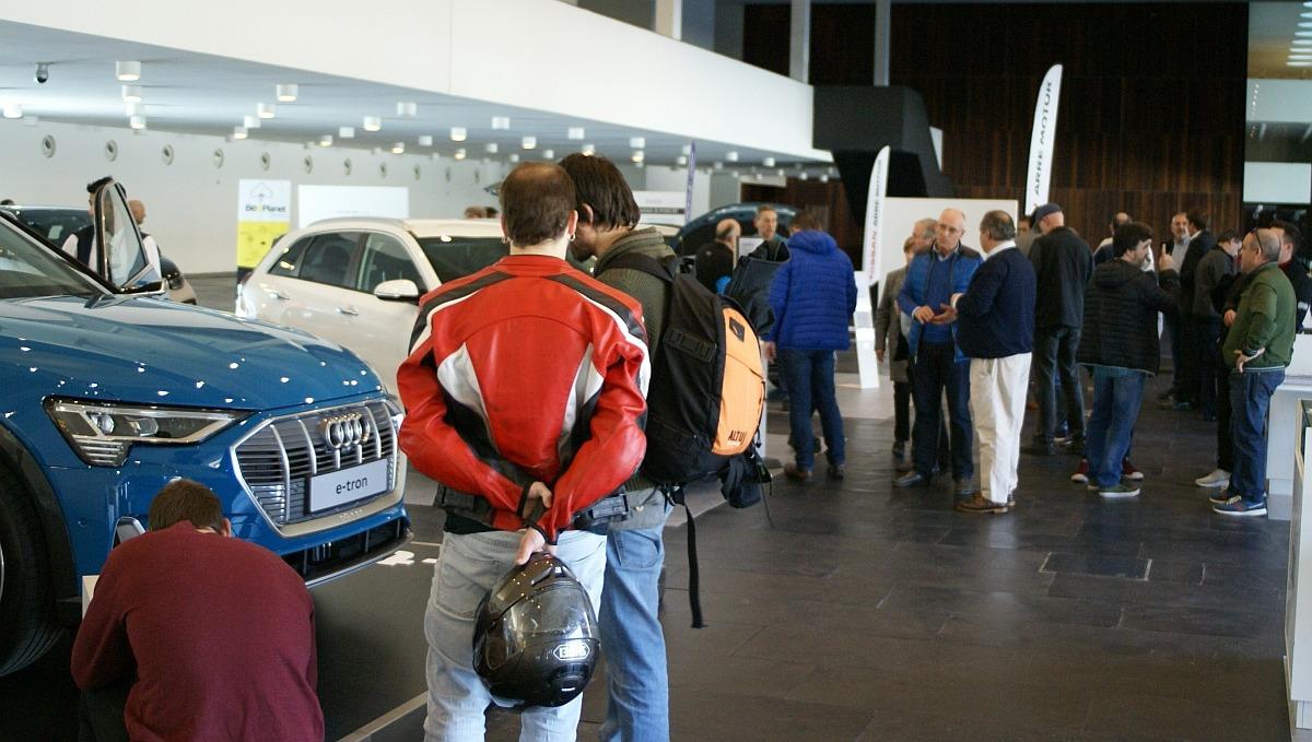 El personal técnico de los concesionarios asesoró y resolvió numerosas dudas sobre este tipo de coche. (FOTO: David Cazón).