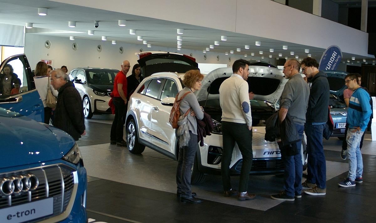 Numeroso público quiso conocer de primera mano cómo son los vehículos eléctricos.
