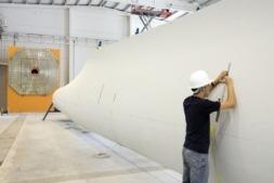 Un técnico de Cener trabaja en una pala de aerogenerador en las instalaciones de la empresa.