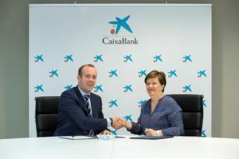 Pablo Andoño, director de Banca Retail de CaixaBank en Navarra; y Beatriz Huarte Cruz, secretaria técnica de la Federación de Turismo Rural de Navarra.