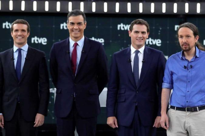 Pablo Casado, Pedro Sánchez, Albert Ribera y Pablo Iglesias, posan antes del debate celebrado ayer en RTVE. (Imagen de RTVE)
