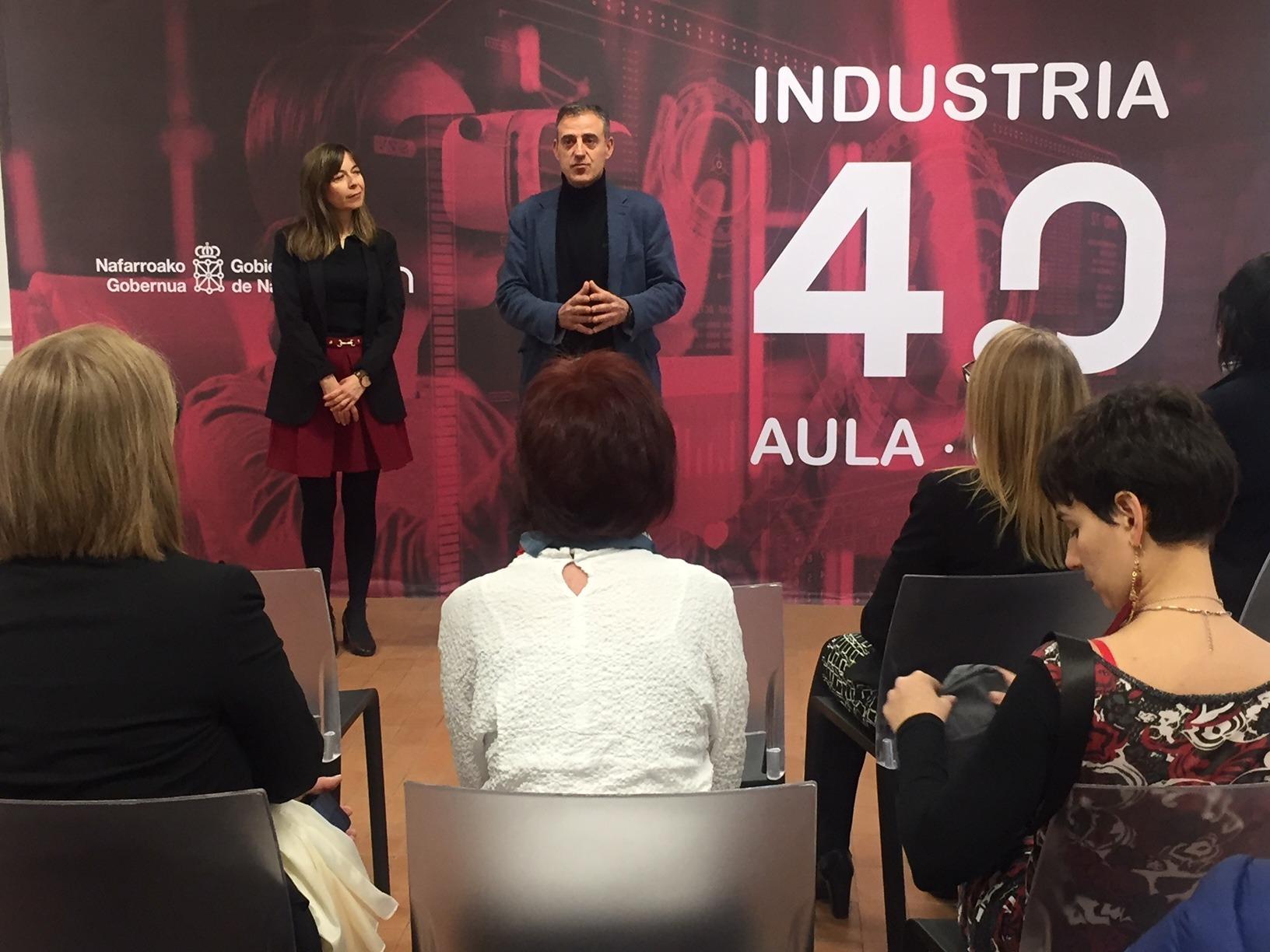 Susana Otazu e Ignacio Catalán en un momento de la visita al nuevo aula 4.0 de Iturrondo.