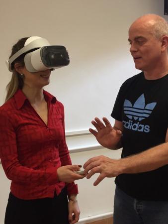 Una persona prueba el nuevo simulador del aula.