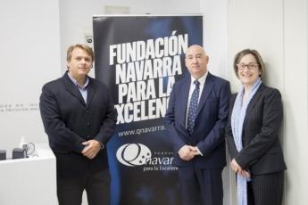Miguel Ángel Ugarte y Mari Carmen Martorell de Gesinor junto a Marino Barásoain, director de la Fundación Navarra para la Excelencia. FOTO: Ana Osés.