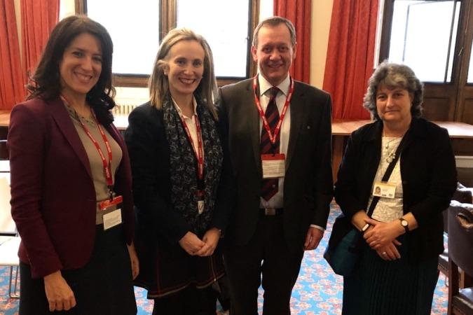 Virginia Walch e Izaskun Goñi son recibidas por Elisabeth Warham, responsable de la sección de Tecnologías Agrícolas del DIT- Foreign Office.