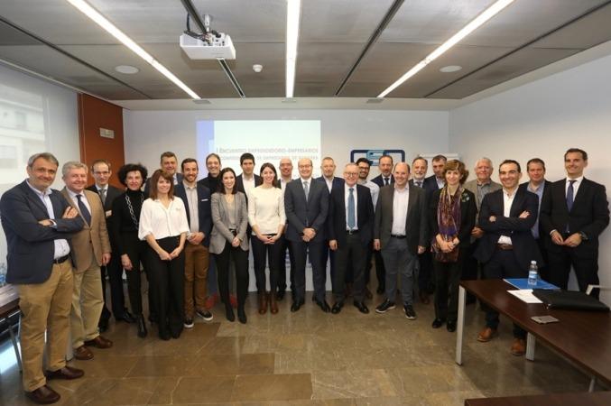 Un momento del encuentro en la CEN, con su secretario general, Carlos Fernández Valdivielso, además de las 6 startups y las 18 empresas participantes. (Fotos: Javier Ripalda)