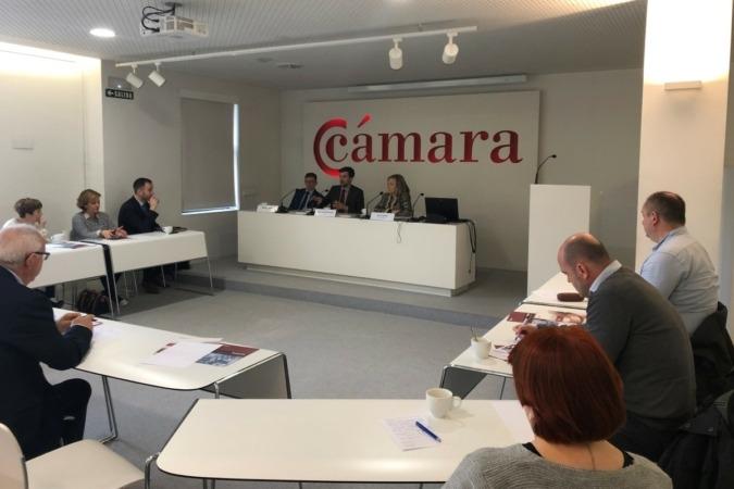 Michal Gajdek y José Luis Villacampa, asociado y socio, respectivamente, del Spanish Desk del despacho polaco DZP; y Ana Cañada, responsable de Comercio Exterior en la Cámara Navarra.