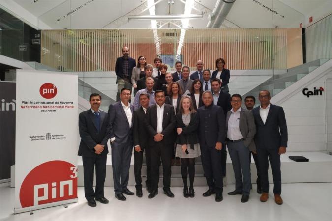 Autoridades y representantes de las empresas navarras e indias, en la sede de CEIN.