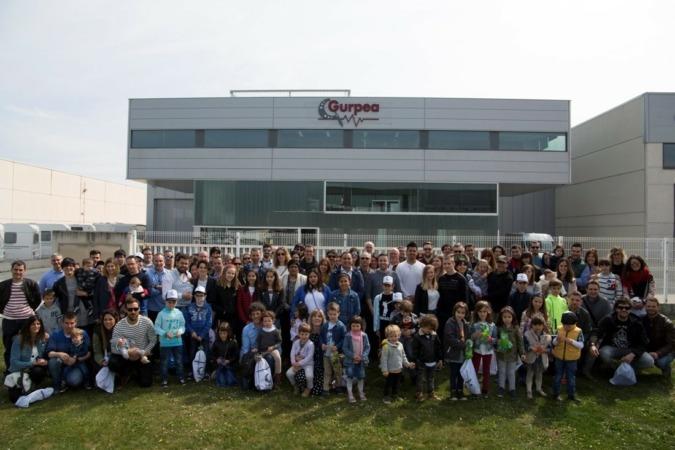 Plantilla y familiares de Gurpea ante las nuevas instalaciones en Esquiroz el día de la celebración de su 15 aniversario.