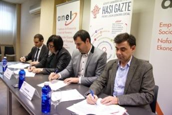 Cortajarena, Irigoien, Goñi y Ugalde firmando el convenio.