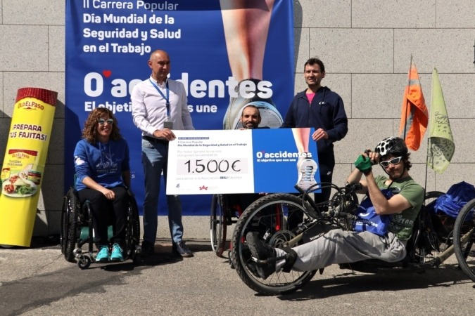 Se han entregado 1500€ a la Asociación Ibili, entidad que trabaja para mejorar la vida de las personas afectadas por accidentes laborales. (Fotos: F. Fortem)