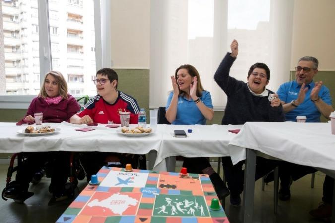 La directora territorial de CaixaBank en Navarra, Ana Díez Fontana, durante una actividad de voluntariado en Aspace Press. (Fotos cedidas)