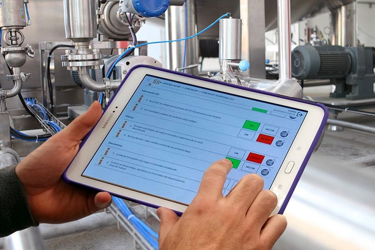 Tablet con una aplicación de Smart Lean en la que se vé el check list de 5s digitalizado.