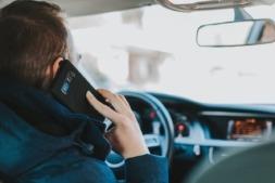 El móvil al volante supone un gran riesgo de accidente.