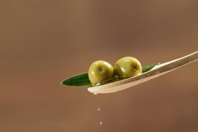 El color todavía verde de las aceitunas, el elegido por Bodegas Ochoa para su aceite de oliva virgen extra.