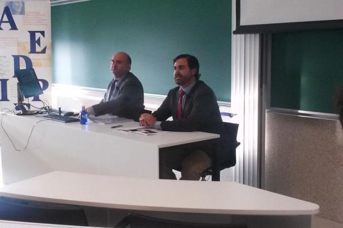 De izda. a dcha.: Javier Morrás, profesor de la Unav, y Joaquín Castiella, del Grupo Lexa.