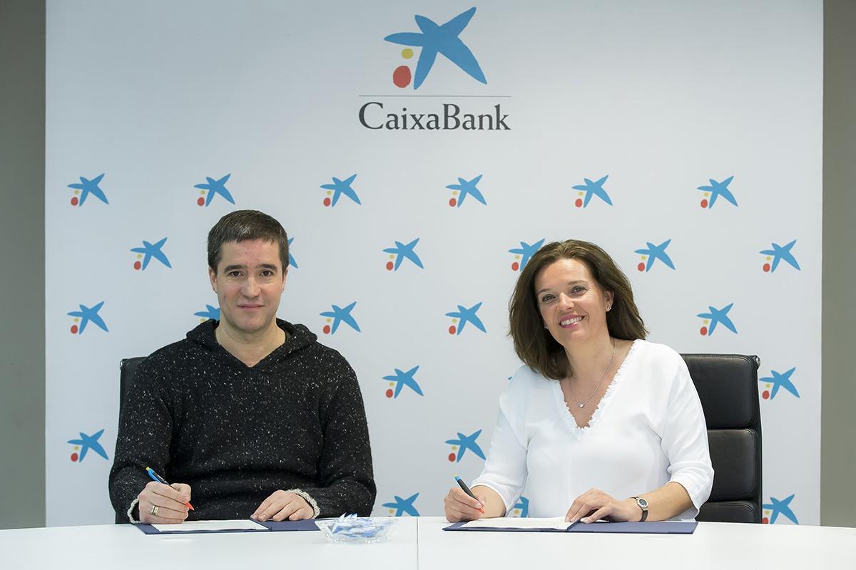 Iñaki Úcar, presidente de la Asociación Comerciantes de Navarra, y Ana Díez Fontana, directora territorial de CaixaBank en Navarra.