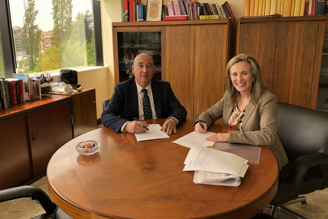 Marino Barasoain e Izaskun Goñi, en la firma del convenio.