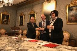 Pio Aguirre, de Elkargi, el vicepresidente Ayerdi y Pilar Irigoien, de Sodena, en el acto de firma del convenio.