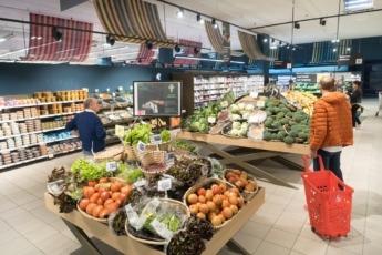 Consumidores en la sección de frescos del hipermercado Eroski.