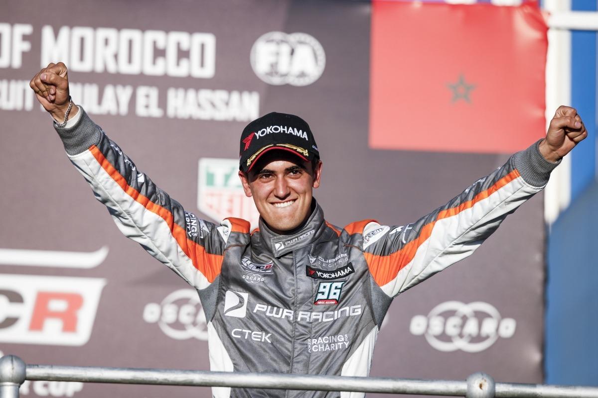 Mikel Azcona, feliz en el podio. (FOTO: Florent Gooden).