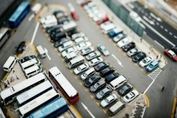 Vista aérea de coches y autobuses aparcados.