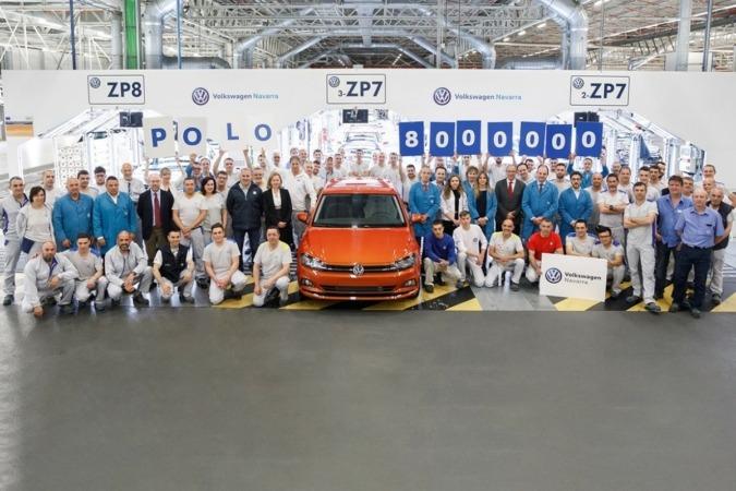 Trabajadores de las distintas áreas de Volkswagen Navarra, junto al Polo 8 millones, en el Taller de Revisión Final.