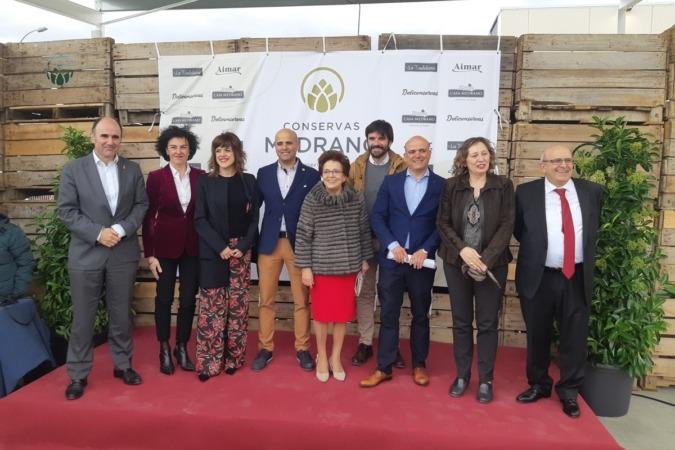 La familia Medrano junto a Manu Ayerdi, Cristina Lecumberri (Alinar), Eneko Larrarte y la consejera Elizalde. A la derecha, José Luis Medrano.
