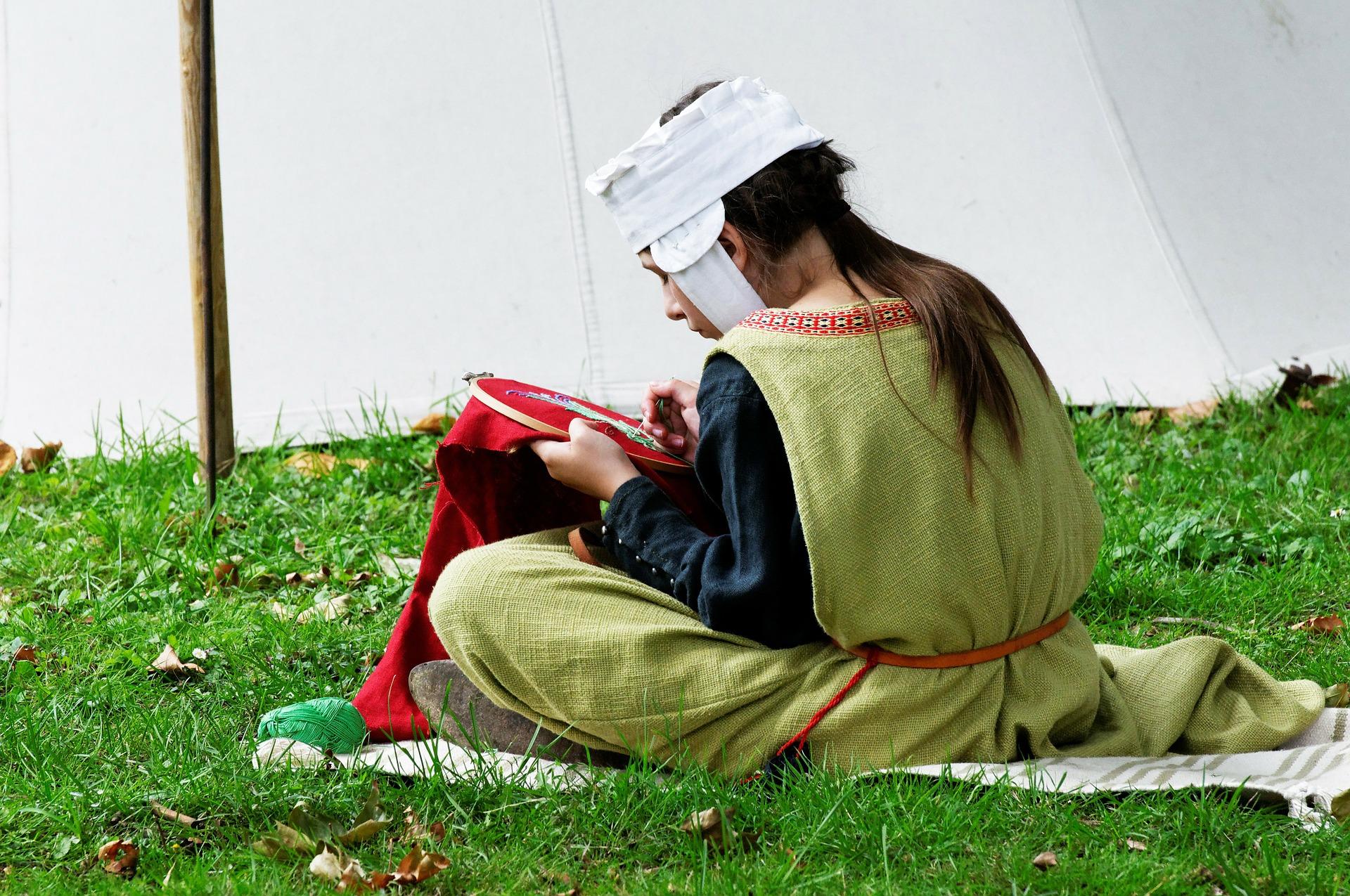 Exhibición de costura tal y como se realizaba en la Edad Media.