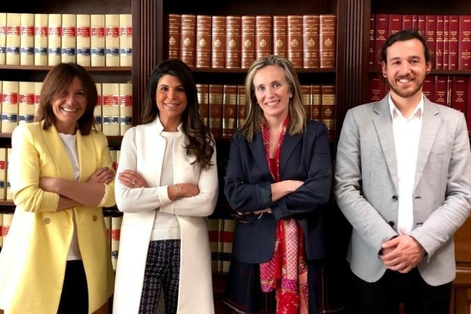Carolina Viguria, directora del Servicio de Política Económica; Raquel Trincado, gerente de AJE; Izaskun Goñi, directora general de Política económica, Empresarial y Trabajo; y Javier Vidorreta, presidente de AJE.