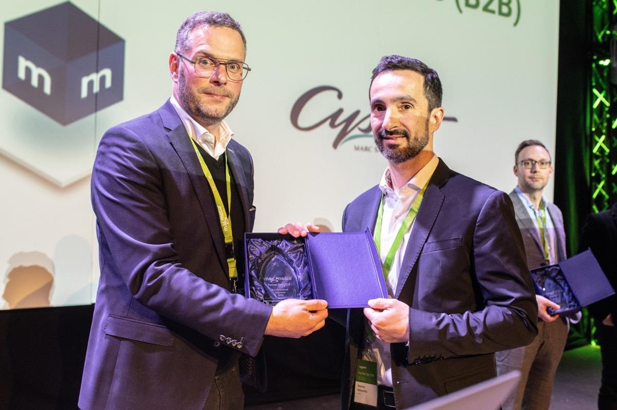 Momento de la entrega del premio 'Mejor Experiencia Personalizada B2B' de los Magnolia Experience Awards por parte de Sebastian Stang, general manager de Magnolia, a Marcos Sabourdin, CEO de Cysnet.