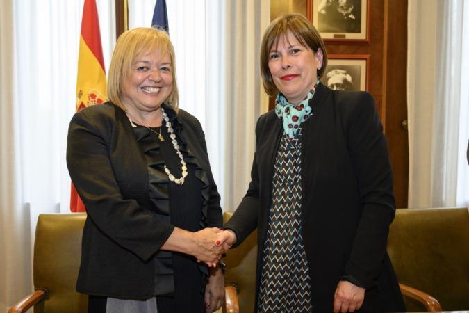 Saludo entre Rosa Menéndez, presidenta del CSIC, y Uxue Barkos tras la firma del acuerdo.