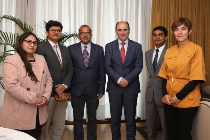 El vicepresidente Ayerdi, con la delegación india en el Palacio de Navarra.