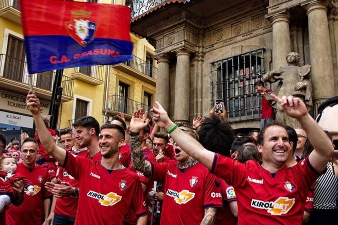Los jugadores de Osasuna y el entrenador celebran el ascenso ante el Ayuntamiento de Pamplona.