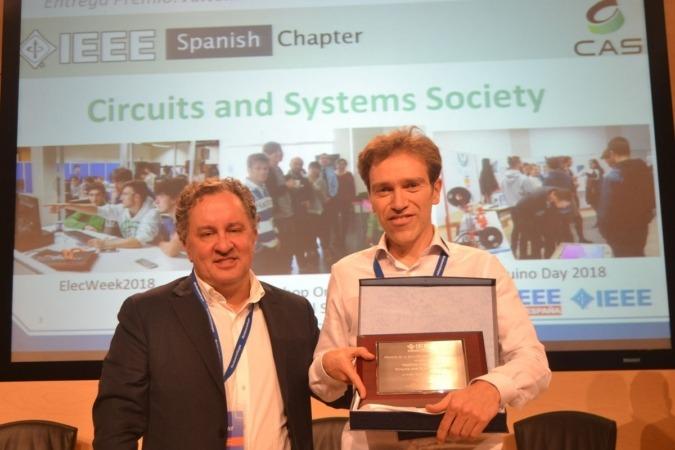 Antonio López (derecha) recibe de manos de Francisco Javier Calleja, miembro de la directiva de IEEE España, un premio nacional anterior.